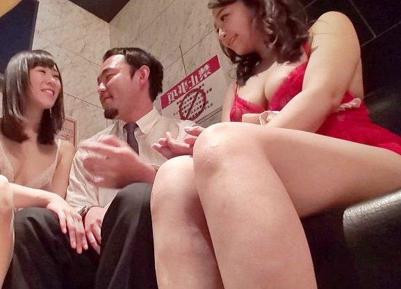 おっパブ嬢の巨乳がすげぇww男を惑わす美女の胸元に我慢できずに店内本番!まさかのハッスルタイムでチンポ挿入するオヤジw