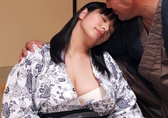 町内会のおじさんと二人で温泉旅館に行き泥酔した豊満人妻が抵抗できずに犯され寝取られる