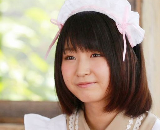 タレントもしている18歳のアキバの現役メイドさんがセクシーアイドルデビュー!チンポを咥えて公開オナニーをする