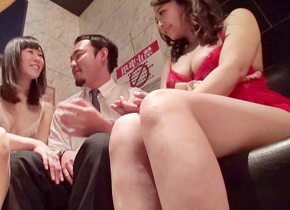 巨乳揃いのおっパブ嬢たちと店内でこっそり本番sexする男www