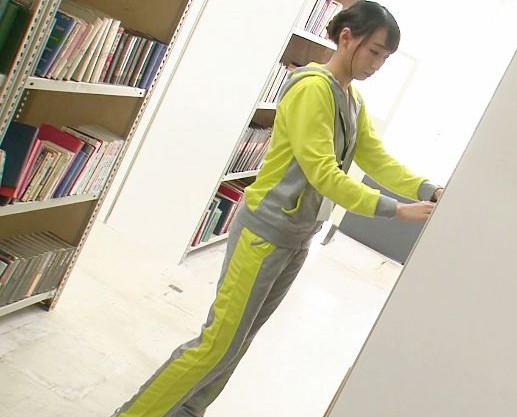 スポーツウェアの司書のお姉さんが変態男に無理やり犯され立ちバック!静かな図書館内で激しくイカされてしまう