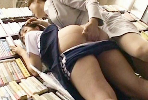 レズ痴女お姉さんが本屋にいたノンケの女子学生に店内で体を弄び悶絶させる
