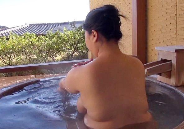 叔母さんと二人でしっぽり温泉旅館...お風呂に浸かる豊満な身体がとてつもなくエロかった...