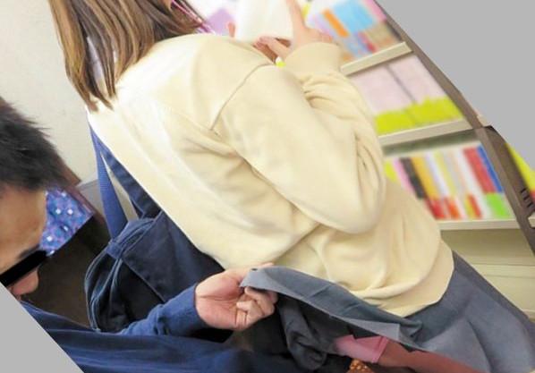 書店で立ち読みする制服女子の背後にこっそり忍び寄り痴漢をする。バレても構わず店内で鬼畜レイプ