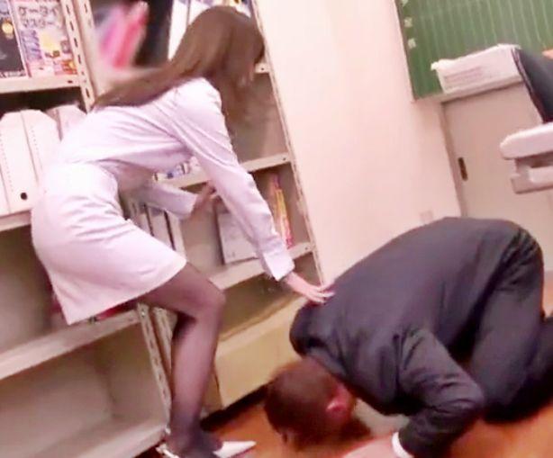 押しに弱すぎる女教師が職員室で男性教員に土下座されて断り切れずに股を開き校内で即ハメする