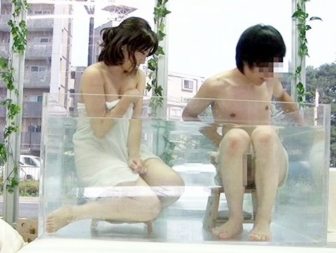 混浴企画に参加した友達同士の大学生が互いの裸に興奮してMM部屋の中で即ハメし始めるwww