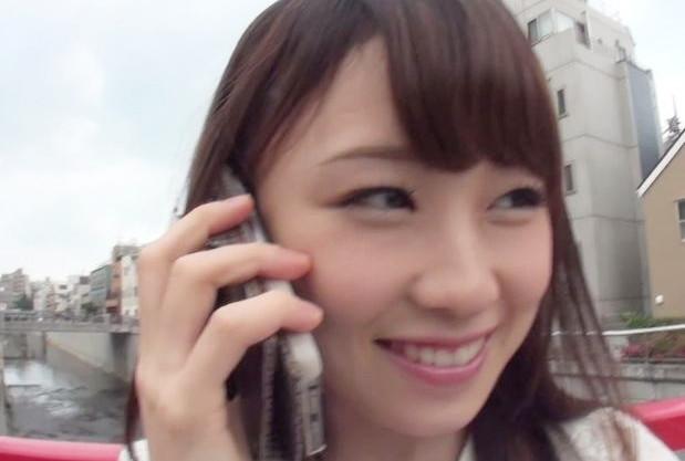 電話して呼んだ女友達が見ている前でエロ企画に参加する淫乱女子大生ww