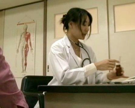 泌尿器肛門科の35女医が来院した患者を寝台に乗せて騎乗位でめちゃめちゃハメる<ヘンリー塚本>