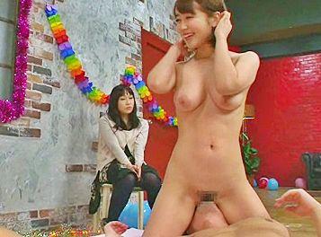 彼女の前でセクシーアイドルのエロテクで射精させられる彼氏ww射精我慢勝負に負けて彼女と修羅場にww