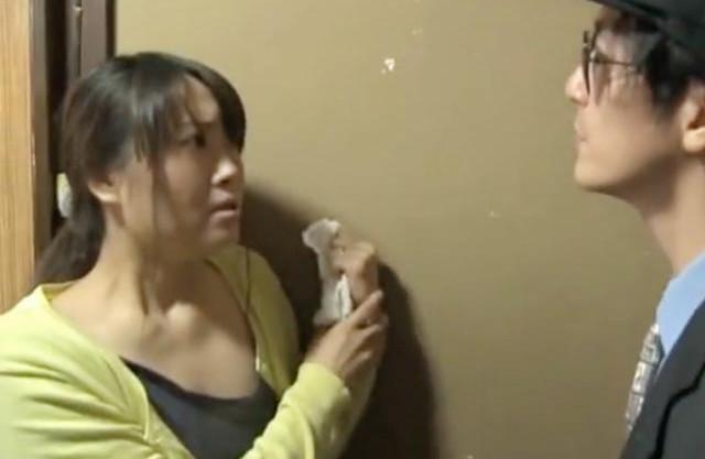 ヒィ!生活に困窮する貧しい美女が突然訪れた粗暴な借金取りに問答無用でいきなりベロチューされて無理やりチンポをイラマチオ