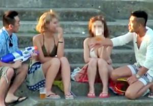 海辺で宴会!巨乳ビキニの白&黒ギャル2名をナンパ⇒おじさん達のデカチンポロリに笑いながら発情し乱交に持ち込み無事中出し