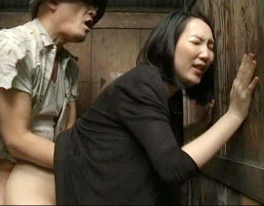 山中の公衆便所に現れたエロ痴女おばさん。壁チンポが出ればシャブリ男がくれば犯される<ヘンリー塚本>