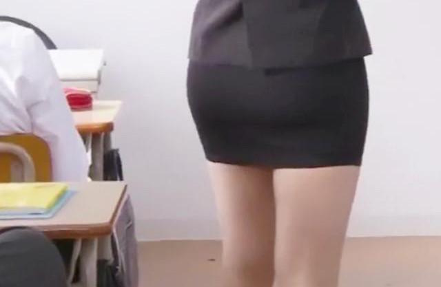 <狙われたミニスカ女教師>若くて美人な先生に生徒が欲情!ある日教室で生徒達に襲われ輪姦される