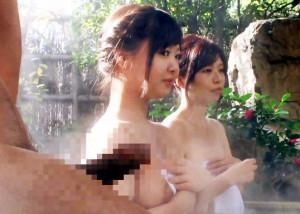 混浴温泉で母子に向かって勃起チンポをボロンする男に視線が釘付け!我慢できずに咥え始めるお母さん