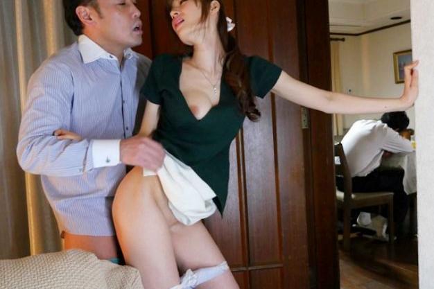 旦那が家にいるのにバレないように夫の同僚と不倫sexをする不貞妻
