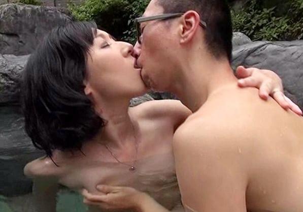人妻熟女が一人で温泉旅で合流した男のチンポを露天風呂で濃厚フェラチオ!客室で浴衣姿で不貞行為
