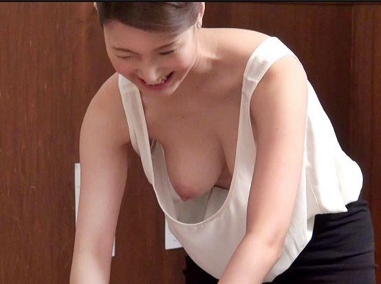 胸元ガバガバすぎてノーブラ巨乳が丸見えなマッサージのお姉さんに欲情した男性客がイタズラ開始