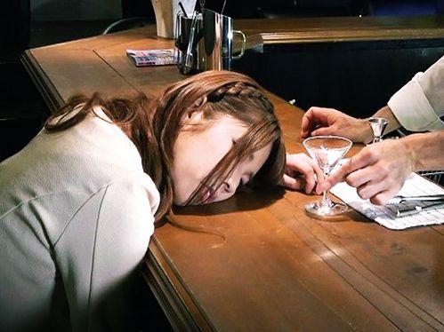 ぐっすり眠るバーの客..店長が飲ませた睡眠薬が効いている..無抵抗の美女にチンポねじ込み鬼畜の昏睡レ●プで膣内射精
