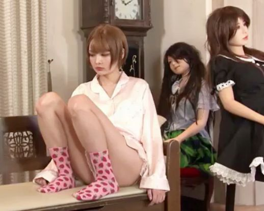 小遣い稼ぎ企画に釣られた女子校生がショウルームの人形に紛れて座っていたら客にラブドールと勘違いされてめちゃくちゃ犯される