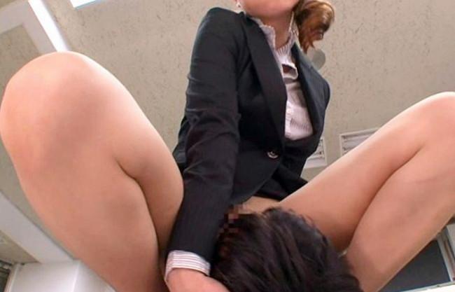 部下を見下す女部長!ダメ社員にお仕置きのノーパンパンスト顔面騎乗!社内でちんぐり返して馬乗りFUCK
