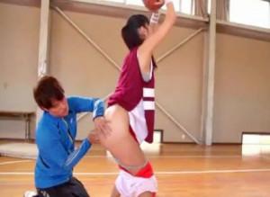 えっ?コーチ..?ズボンをずり下ろされて剥き出しのプリ尻をイタズラされる巨乳スポーツ女子..そのまま体育館でハメられる