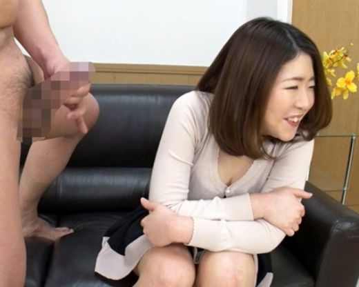 ちょっと..目の前でチンチンしごかないで!素人女子の目と鼻の先にチンポをボロリしてセンズリ鑑賞させたらオナサポしてくれた