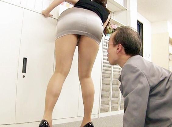 ピッチピチの太股を晒すミニスカOL...エロ過ぎる身体におじさん上司が鼻息荒くして社内で滅茶苦茶セクハラする