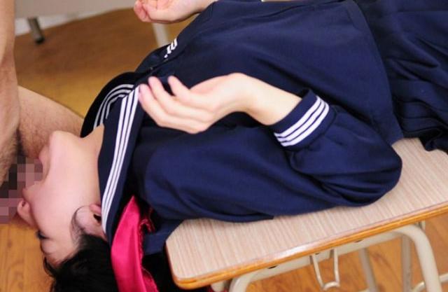 ツインテールのセーラー服少女が学校の教室でチンポを次々イラマチオ!口内射精でザーメンごっくん