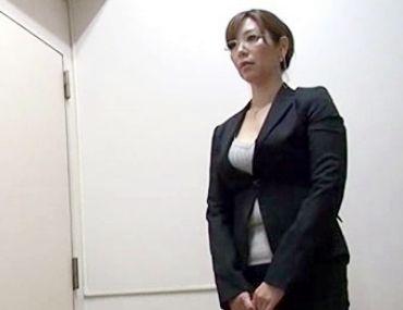 <鬼畜ショタ×PTAのおばさん>メガネのグラマーお母さんのトイレに突撃した悪ガキたち...嫌がる熟女をその場で輪姦