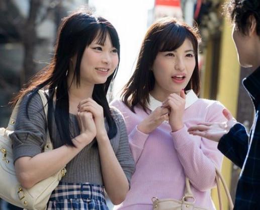 友達と一緒にナンパされた素人女子が親友の前で照れながらも股を開き即ハメされて羞恥イキ悶絶絶頂