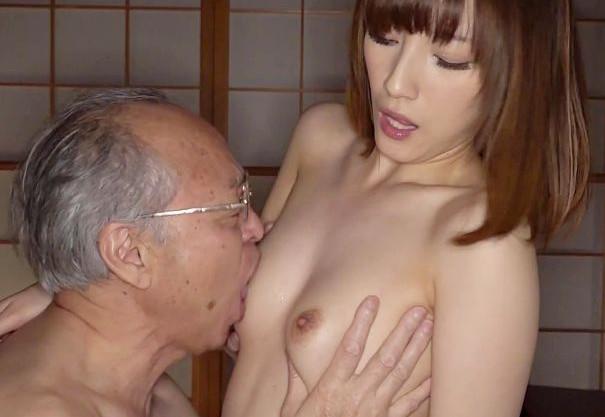 お義父さん..だめよ..息子の嫁のエッチな身体に欲情してむしゃぶりつくお父さん<近親相姦>