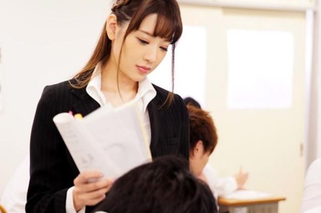 スタイル抜群の巨乳の女教師が教室でパイパンマンコを公開させられ生徒達から輪姦される