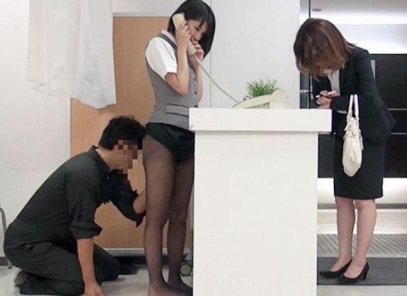 美人受付嬢が勤務中に男からセクハラされて立ちバックでハメられながら羞恥悶絶