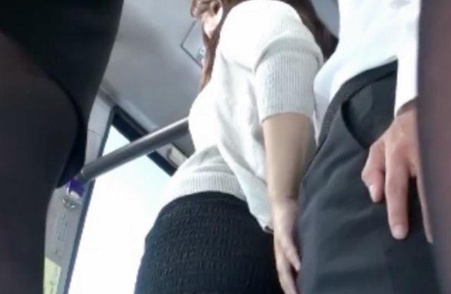 やだ..この人すごい勃起してる...バスの中でミニスカ尻に硬いチンポを当てられ思わず触って逆痴●即ハメしてしまうお姉さん