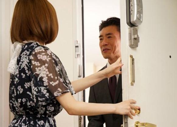 奥さん..やらせてよ...夫の上司に迫られ肉便器になり何度もハメられ悶絶するスケベな奥さん