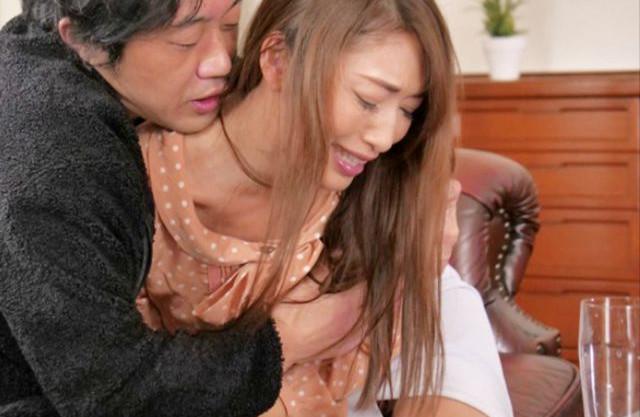 職を無くした夫の元部下の男が自宅に現れ嫁を襲う!欲求不満の人妻に野性的な男臭に股を湿らせ抵抗しつつもされるままに犯される