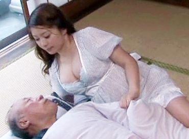 同居の義父を介護する爆乳奥さん。変態爺さんに手コキさせられたり乳を吸われてオナニーしたりエロい介護をする