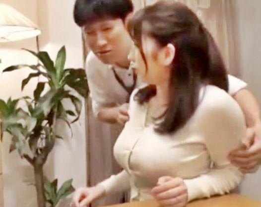 乳がデカすぎる上司の奥さんを部下がフル勃起で襲ってハメる!中出し模様を旦那が覗き見