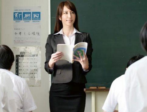 先生エロそうだよな...授業中にイタズラ開始!不覚にも感じてしまった女教師と職員室でチンポ挿入