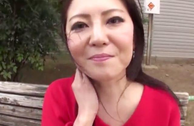 夫と以外のセックスに期待を寄せる下町のスケベなおばちゃんwww素人熟女が他人棒でハメ撮りされながら乱れ狂う