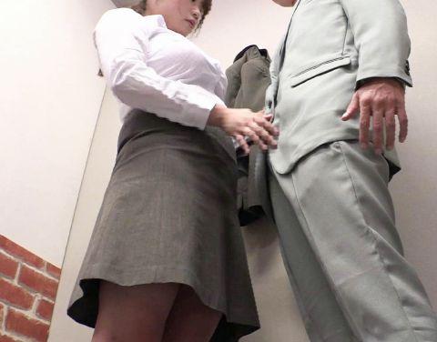 試着室でスーツの裾上げをする女性店員の乳がデカい上に胸を強調してきて思わず勃起!お店に内緒でこっそり即ハメ