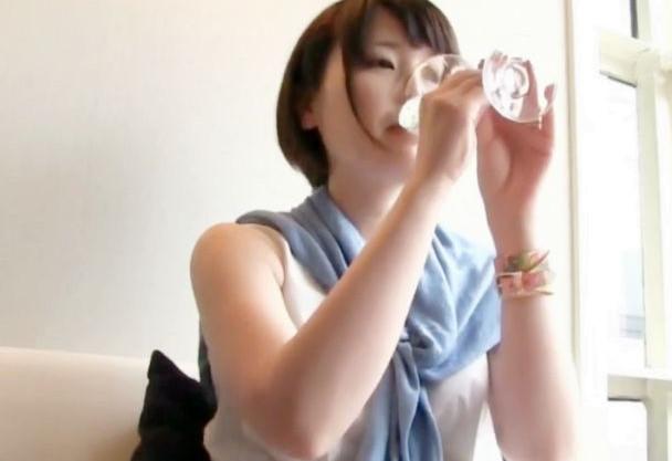 ショートカットの素人奥さんと昼間から飲んで飲ませまくっていたらエロモードにwwwさっそく不倫即ハメ中出しする