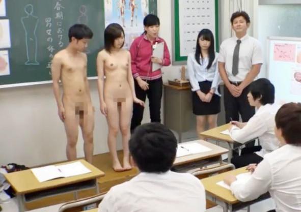 男女生徒が全裸になって保健の授業を身体で実演!クラスメイトたちに見られながら男子のチンポを射精に導く<エロ動画>