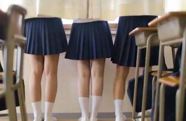 セーラー服の色白清楚な美少女が保健室のベッドで友人たちとだべっていたらそのまま寝てしまい男子生徒にイタズラされる