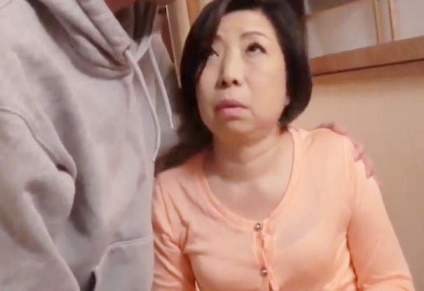 ちょっとお母さんに何するの..?仙台から上京してきた五十路母に息子が欲情して母子相姦!お父さんとの通話中にハメまくるww