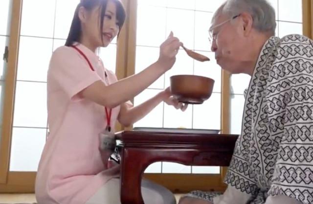 美人お姉さんが爺さんを怒らせてカラダを使って禁断介護をするハメに...ミニをやらかした介護士にチンポでお仕置きする