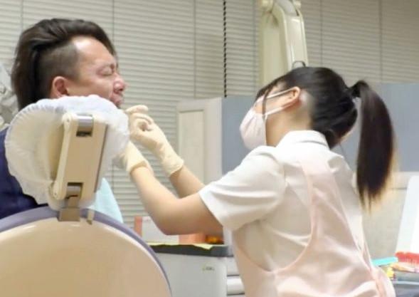 はいア~ンしてください...エッチな歯医者さんが院内で患者を誘惑して周囲にバレないようにハメ始める