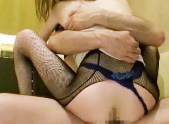 スレンダーで淫乱ビッチなエロギャルが男に抱き着き対面座位!網タイツを破って挿入ハメ撮りエロ動画
