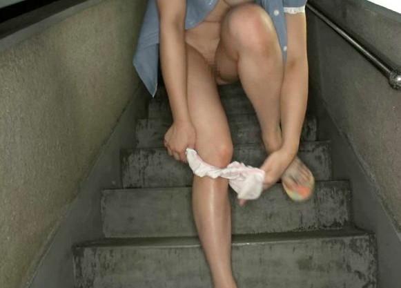 日焼け跡が残る無垢なミニ系団地少女にイタズラ!階段で放尿させたり野外フェラ抜き!顔射する