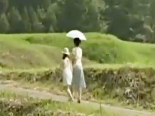家計に困窮した美人妻が娘の手を引き村の有力者の家へ...何も知らないあどけない娘を差し出し自身も含めて3P親子丼